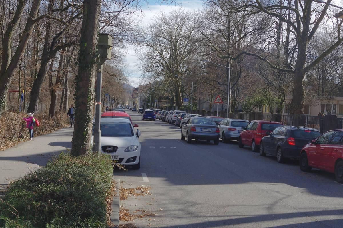Charlottenstraße neben dem Stadtgarten, mit vielen parkenden Autos