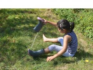 Foto des Landesfischereiverbandes: Mädchen mit Gummistiefeln